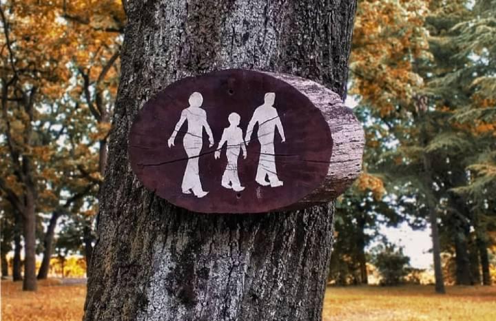 Drvena ploča sa slikom srećne porodice na drvetu