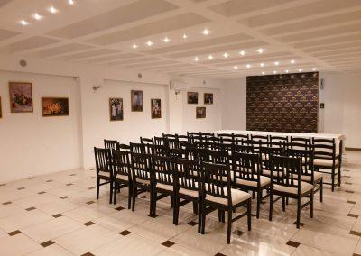 Svečana kongresna sala sa crno bež stolicama