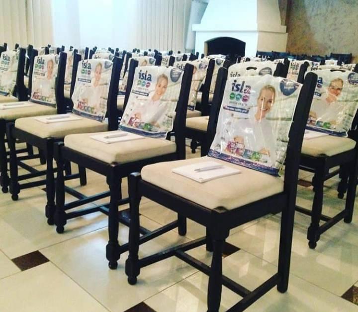 Crno bele stolice lepo poređane sa slikom i poklonom na svakoj stolici pre početna konferencije