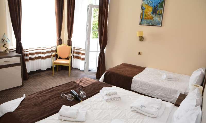 Slika porodične sobe u hotelu oplenac sa jednim bračnim i jednim odvojenim krevetom