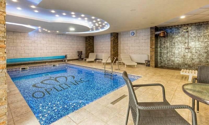 Zatvoren bazen u hotelu oplenac sa stolicama sa strane