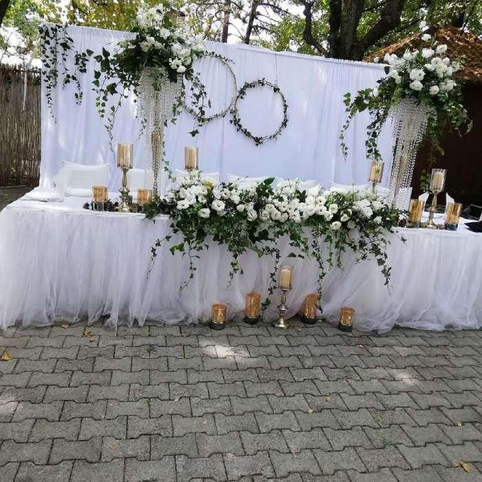 Svečani sto za svadbe u letnjoj bašti hotela oplenac