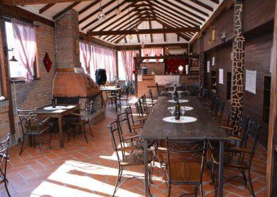 Prostorije restorana oplenac sa vinskim flašama po stolovima