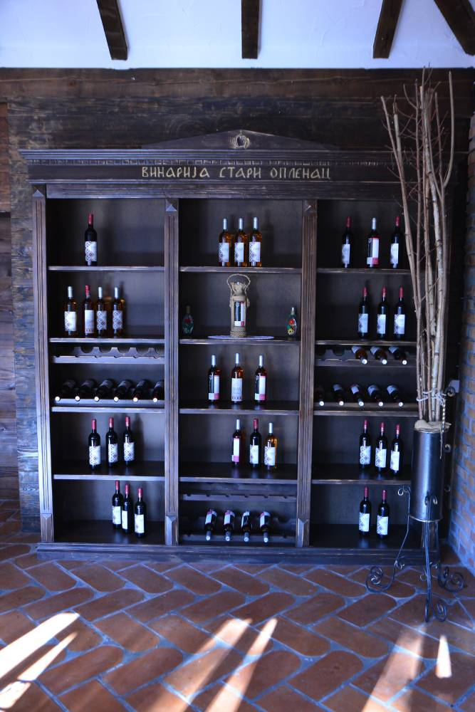 """Police sa flašama vina iz vinarije """"Stari Oplenac"""""""